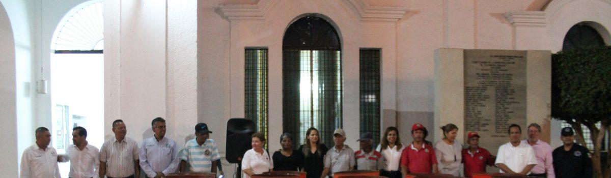 Alcaldesa entrega contenedores para labores de limpieza