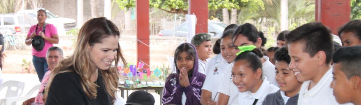 Alcaldesa se compromete con apoyar a escuela primaria