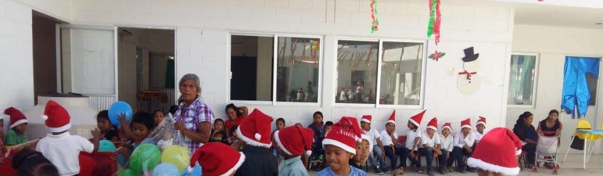 Disfrutan niños migrantes jornaleros posada en albergue.