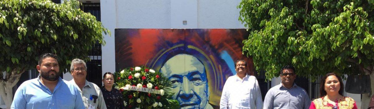 Funcionarios y servidores públicos realizan guardia en fallecimiento del escritor escuinapense Dámaso Murúa.