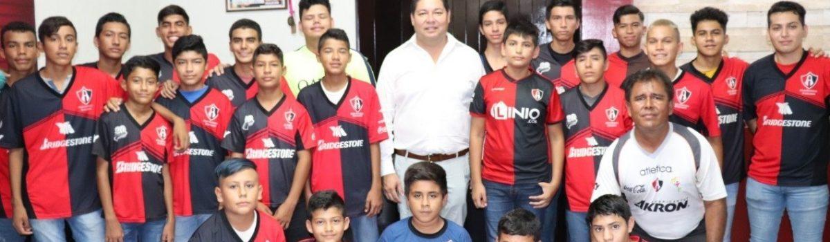 Agradecen alumnos del Club de Futbol Atlas Matamoros apoyo para viaje de torneo internacional a Guadalajara.