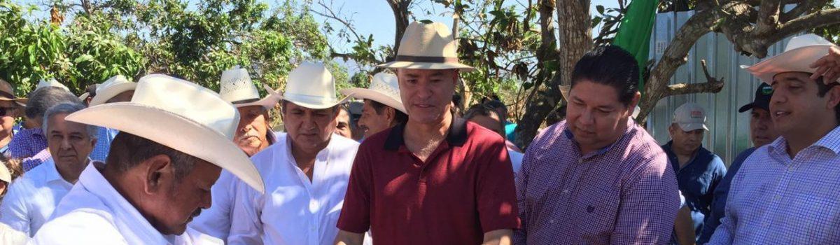 Entrega gobernador equipo de motosierras a productores de mangos damnificados.