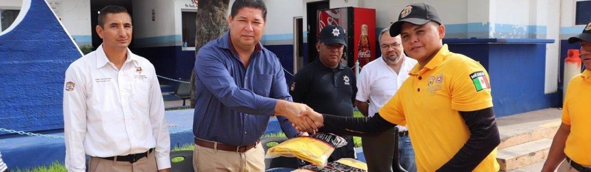 Alcalde entrega dotación de 22 impermeables a Coordinación de Protección Civil.