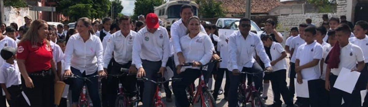 """Autoridades estatales y municipales entregan 100 bicicletas del programa """"Ayúdame a Llegar""""."""