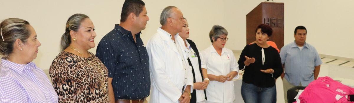 """Entregan camisas """"rosas """"a personal del Hospital General para caminata de la Lucha contra el Cáncer de Mama."""