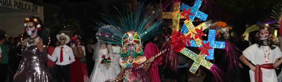 Viven escuinapenses una callejoneada de Día de Muertos llena de tradiciones mexicanas.