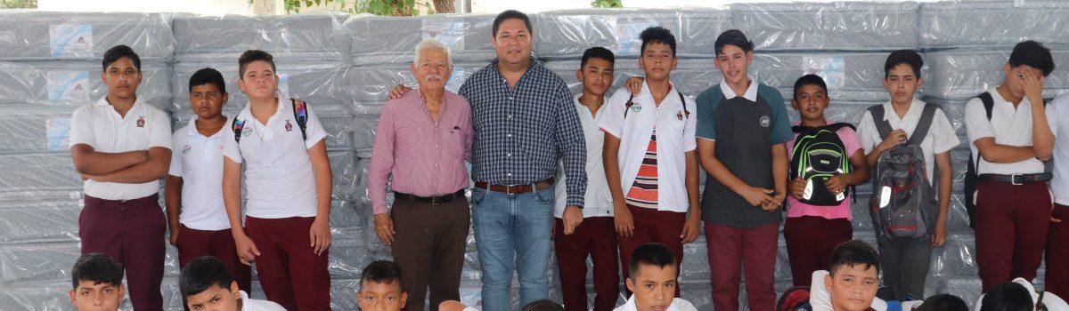 Entrega Alcalde 75 colchones a estudiantes de la Esc. Sec. Técnica Pesquera #8, de la sindicatura de Teacapán.