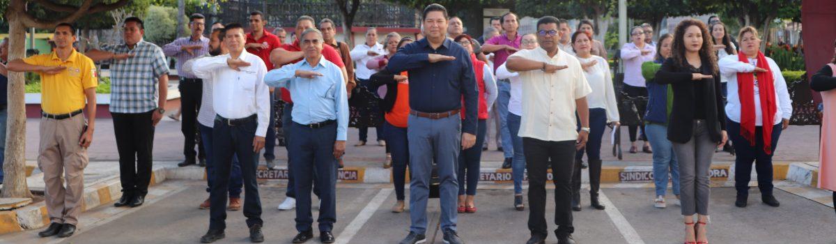 Autoridades municipales conmemoran el 103 aniversario de la Constitución Mexicana de 1917.