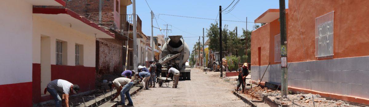 Soto Grave realiza supervisión de la obra en la calle México de La Concha.