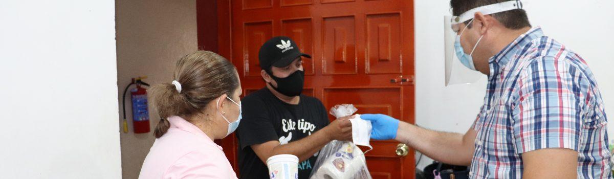 Alcalde entrega despensas a camioneros y comerciantes informales.
