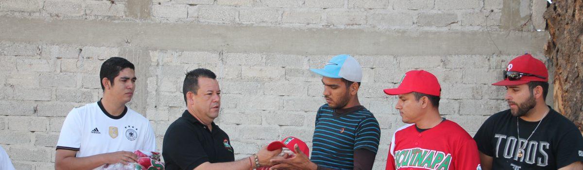 Alcalde entrega uniformes equipo de béisbol que juega en Nayarit.