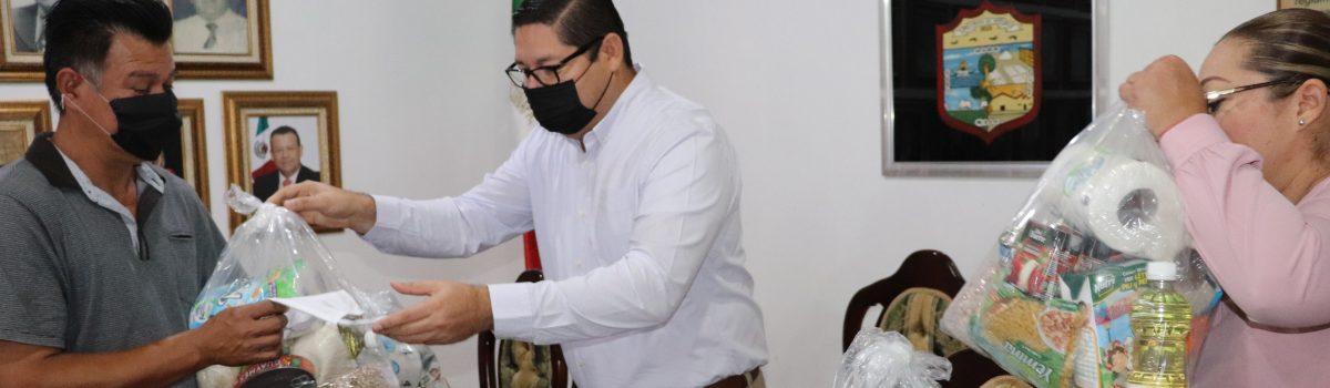 Presidente municipal entrega despensas al Sindicato de Músicos y cargadores.