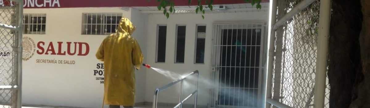 """Continúa sanitización en comunidades y se instalan lonas de """"Quédate en Casa""""."""