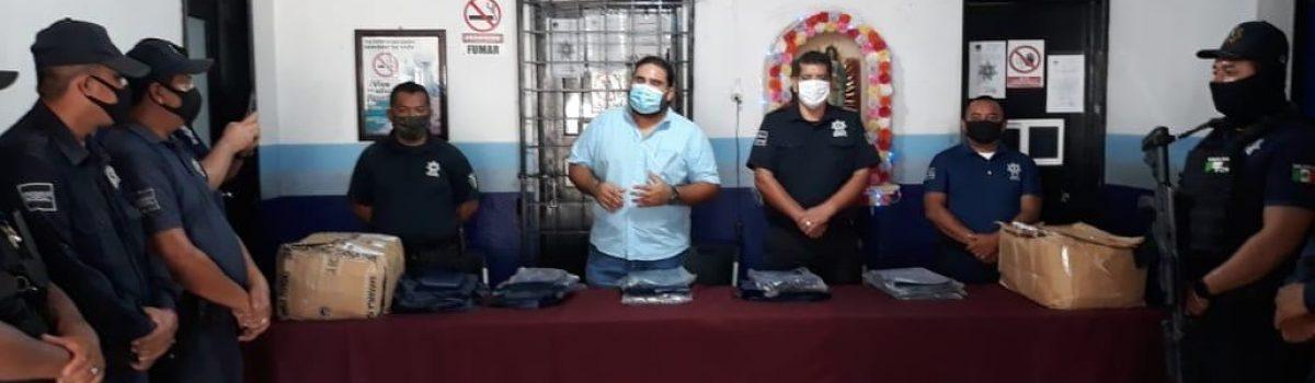 Gobierno Municipal de Escuinapa entrega impermeables a elementos de Seguridad Pública Municipal.