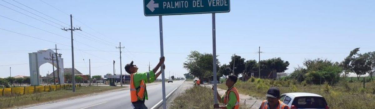 Instalan señales viales y pintan líneas divisorias en carretera Escuinapa-Teacapán.