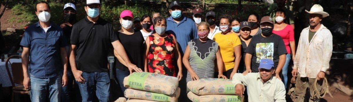 Alcalde de Escuinapa entrega apoyos sociales a familias de la comunidad del Camarón.