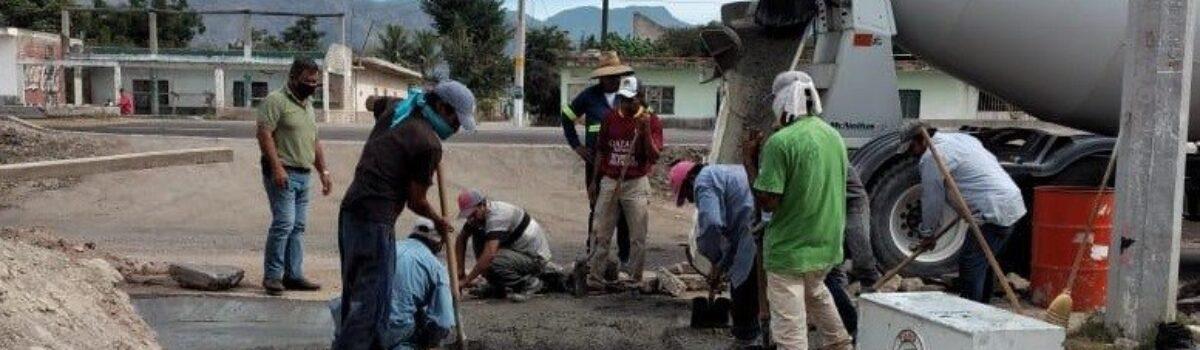 Obras públicas realiza bacheo con concreto hidráulico en la sindicatura de Palmillas.